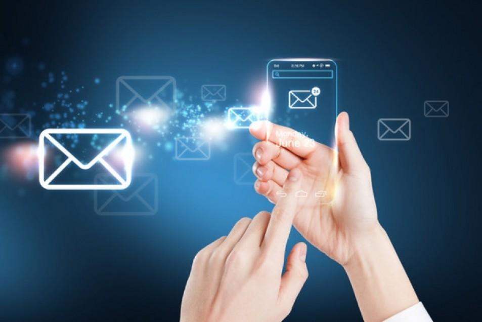 Hogyan tudok egy számlát több e-mail címre is elküldeni?