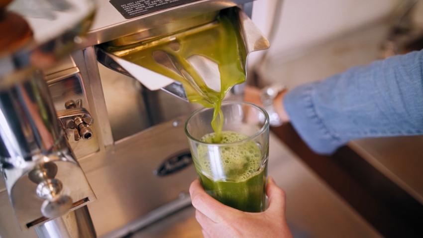 A palackba zárt egészség, ízletes juice formájában fogyasztva